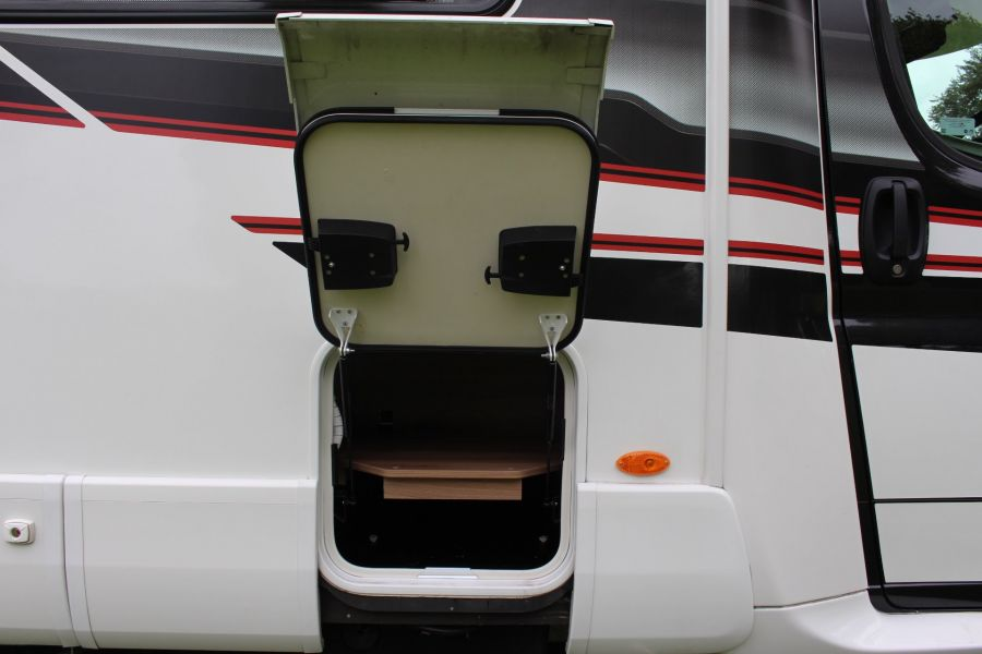 SWIFT KON-TIKI 669 HIGHLINE BLACK EDITION 6 BERTH, TAG AXLE, ISLAND BED - 8345 - 47