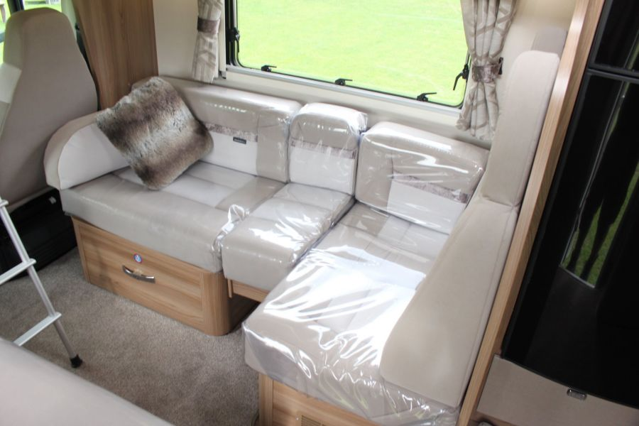 SWIFT KON-TIKI 669 HIGHLINE BLACK EDITION 6 BERTH, TAG AXLE, ISLAND BED - 8345 - 33